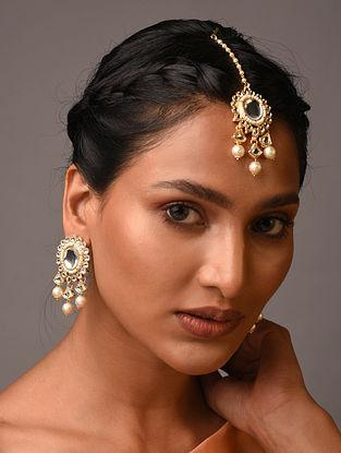 White Gold Tone Kundan Earrings And Maangtikka With Pearls