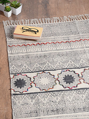 Black-White Handwoven Cotton Rug (6ft 3in x 3ft 10in)