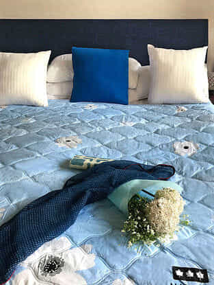 Ruben Origami Kiruto Blue-White Quilted Cotton Queen Size Quilt (90in x 84in)