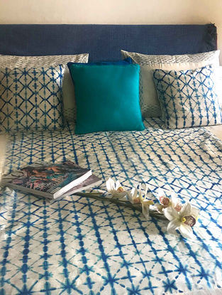 Oceana White-Turquoise Block-printed Dupion Silk Bed Cover Set (Set of 5) (90in x 108in)