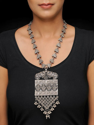 Classic Silver Necklace with Dety Motif